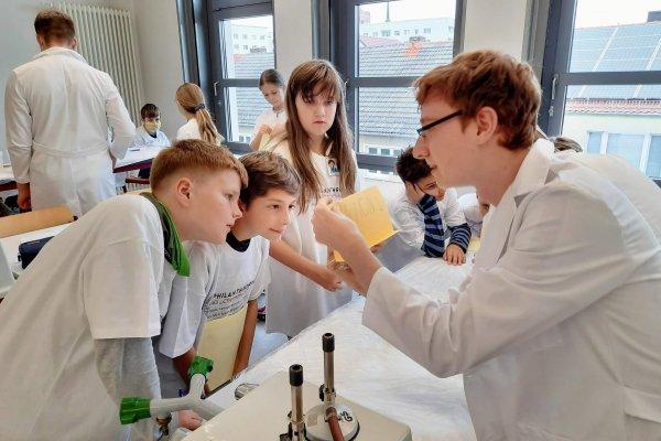 Lucas erklärt den Chemphilis an Station 2 alles!